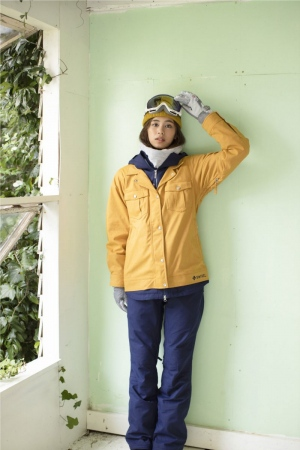 """<a href=""""/product/solid-poket-jkt"""">JACKET : SOLID POKET JACKET GOLD ¥26,000</a>/  <a href=""""/product/color-pant"""">PANT : COLOR PANT NAVY ¥22,000</a>/ <a href=""""/product/casual-beanie"""">CAP : CASUAL BEANIE YELLOW ¥2,500</a>/ <a href=""""/product/フィドロックゴーグル-3"""">GOGGLES : FIDLOCK GOGGLE LAVENDER ¥7,400</a>/  <a href="""""""">NECK WARMER : TBD GRAY</a>/  <a href=""""/product/botanical-5fin"""">GLOVES : BOTANICAL 5FIN NAVY ¥5,900</a>"""